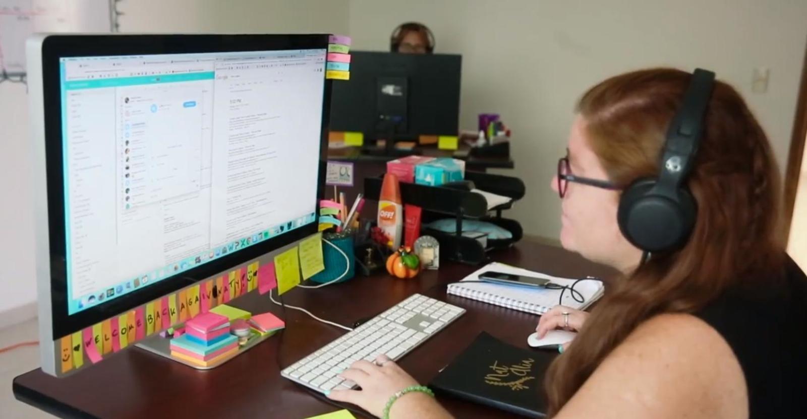 Ein Volunteer Advisor de Projects Abroad Support Teams erklärt einem Freiwilligen die Vorbereitungen vor Abreise